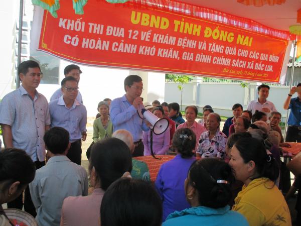    Khối thi đua 12 tổ chức khám bệnh và tặng quà từ thiện tại xã Đắc Lua