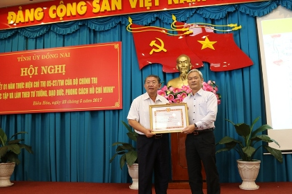 Reviewing its one year's implementation of the Politburo's Directive no. 5: The Party Committee of Dong Nai Department of Science and Technology (DOST) commended and rewarded by the Party's Central Commission for Propaganda and Education