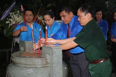 Candles lit at the Southern Central Base Department relics to pay tribute to martyrs