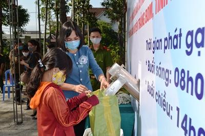 "The ""Rice ATM"" program held in Trang Bom district"