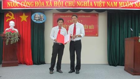 Kết nạp 2 đảng viên mới