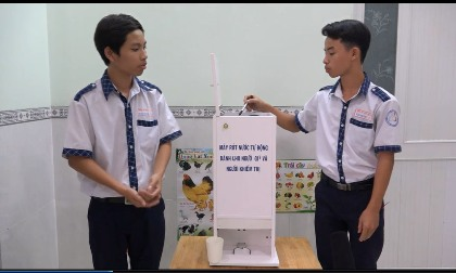 """Dinh Hoang Cong Van and Doan Nam Long Team has quickly changed their idea on """"An automatic water-pouring machine for the elderly and the visually impaired"""" based on their acquired knowledge at school and thanks to their teachers' help"""