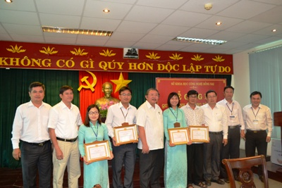 Khen thưởng các các cá nhân đạt giải tại Hội thi kể chuyện học tập và làm theo tấm gương đạo đức Hồ Chí Minh